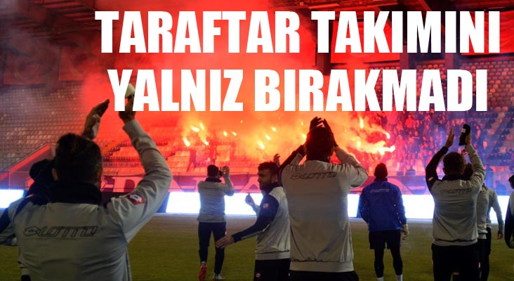 Bş.Bld. Erzurumspor taraftarından gece antrenmanında meşaleli destek