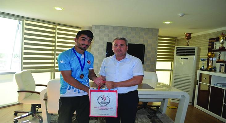 Erzurum Gençlik Hizmetleri ve Spor İl Müdürü Taşkesenligil, şampiyonları ödüllendirdi