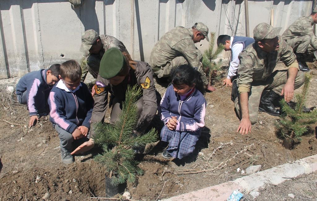Jandarma personeli öğrencilerle ağaç dikti