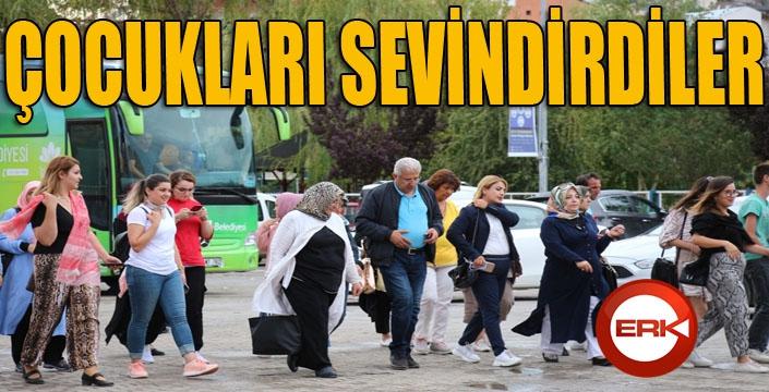 Erzurum İstanbul Dernekler Federasyonu Kadın Kolları köy çocuklarını sevindirdiler