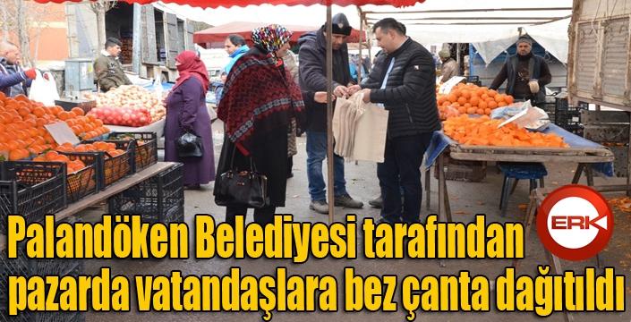 Palandöken Belediyesince pazarda vatandaşlara bez çanta dağıtıldı