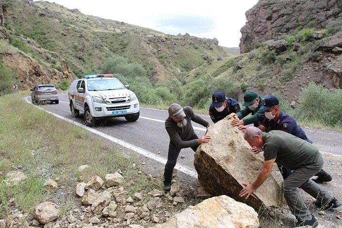 Yolu kapatan dev kayalar vatandaşlar ve jandarma tarafından temizlendi